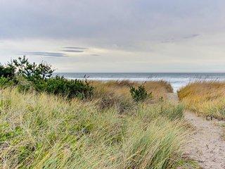 Waterfront, dog-friendly studio w/ ocean views, quick beach access, large deck