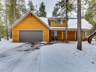 Dog-friendly cabin w/private hot tub & outdoor firepit, close to golf & the lake