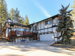 Fun & fabulous family-friendly getaway - lake views, wood fireplace & more!