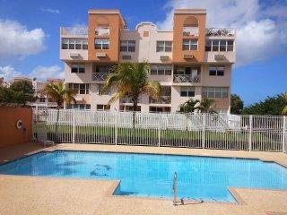 Presioso PH de 3 niveles con piscina, seguridad 24 horas y parking cerca de todo