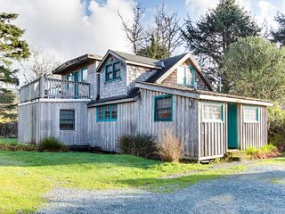 Lovely dog-friendly home with mountain views, close beach access and firepit!