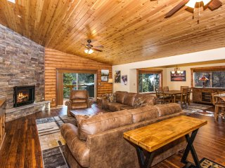 WHISPERING PINES - NEW BUILD, WALK TO BEAR MOUNTAIN, SLEEPS 14