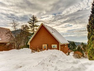Freestanding 3 BR Townhouse Near Skiing w/ Mountain Views, WiFi