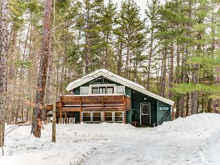 Cozy 2 BR chalet at the base of Cathedral Ledge. Cable, Wifi, near to skiing.