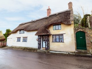 THATCHDOWN COTTAGE, thatched roof, period features, pub walking distance, Ref