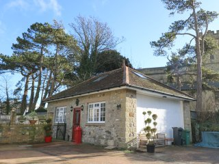 MANOR COACH HOUSE, close to amenities, near beach, parking, garden, in Ventnor,