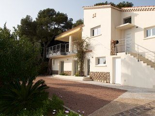 134636 renovated 5 bedroom villa, partly airco, sea view, pool, beach 400 mtr.