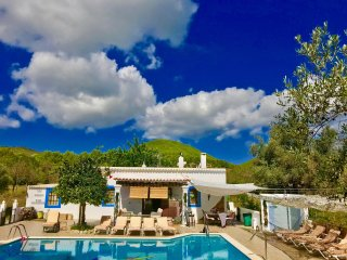 STUNNING CHEERFUL RUSTIC HOUSE villa  5 DOUBLE bedrooms, pool WIFI & SEA