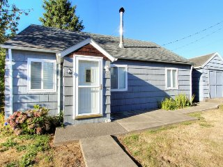 Charming beach cottage w/ a loft & fire pit - close to everything!