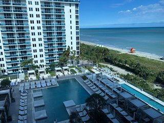 Lovely studio direct  ocean view in Miami Beach Roney Palace
