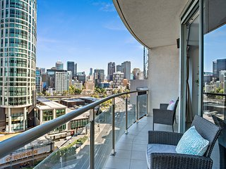 Central Melbourne 3-bed with parking, pool & gym
