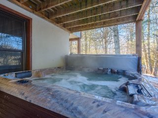 6BR/4BA Spacious Mountain Lodge Close to Downtown Banner Elk, Hot Tub, Pool