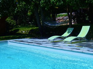 Maison d'architecte en bois atypique avec terrasse et piscine - 4 Personnes