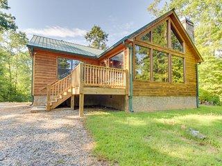 Custom-built dog-friendly cabin w/mountain views, hot tub, pool table & more!