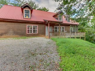 Modern, dog-friendly cabin w/ mountain views, hot tub, pool table, and more!