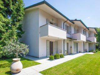 Villa Le Camelie su due piani immersa nel verde in zona residenziale in Brianza