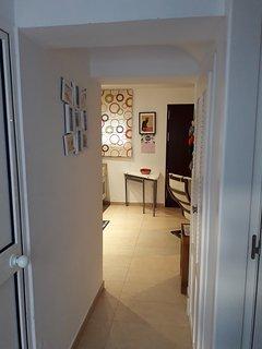 pasillo hacia el salón cocina