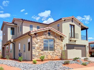 Beautiful home for 12 w/ access to resort pool & hot tub