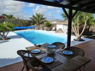 Casa Brujas, Lajares, a stunning villa with a heated private pool, garden, wifi