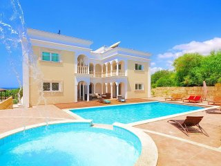 7 Bedroom Villa With Private Pool in Coral Bay - Car Not Required.