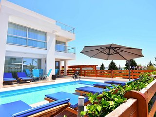 Villa Phoebe In Coral Bay - 5 Bedrooms 3 Bathrooms Private pool.