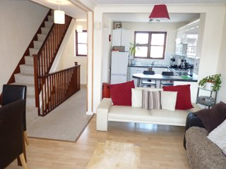 3 Storey Town House, within walking distance to Poole Quay. Garden. WiFi. BBQ.