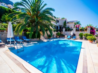Luxury Totally Private Villa Very Near The Sea, with Large Heated Pool & Garden