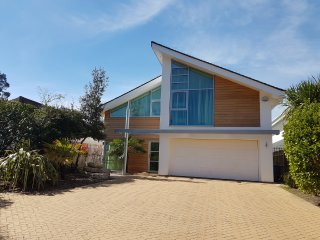 Deluxe Modern House, near Sandbanks. WiFi. BBQ. Garden. Games room. Secure Parki