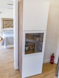CABINET FOR PLATES AND GLASSES