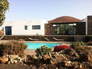 Casa con piscina bajo el volcán de lajares