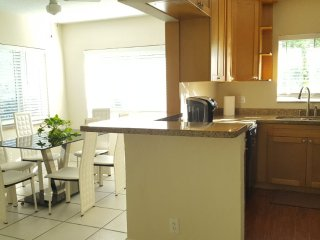 Walk to beach and shopping >3 from 2/2 duplex