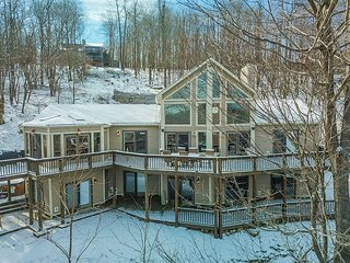 Beautiful lake views, dog friendly & centrally located!