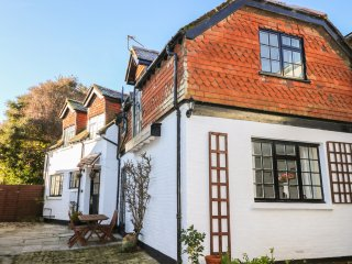THE COACH HOUSE, Views over Carisbrooke Castle, pet-friendly, in Cowes, Ref