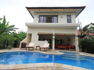 Villa Beranda Kecil, private garden and swimming pool, housekeeper and beach