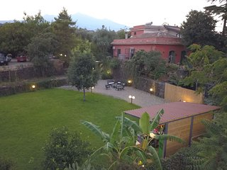 Quadrupla con bagno, parcheggio e giardino in villa tra Etna e mare a 2 km.