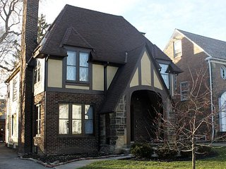 2 Bed, 1 Bath First Floor in Beautiful Shaker Heights Duplex