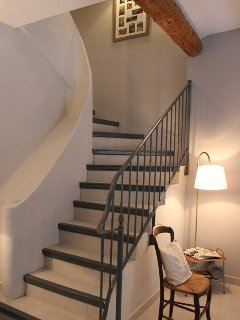 Escalier menant à l'étage.