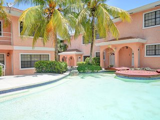 GREAT LOCATION! 5 minute walk to Atlantis, Beach, Bars and Restaurants!