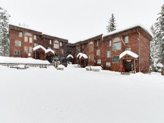 Mountainview condo with shared hot tub & ski-in/ski-out access, fireplace, deck!