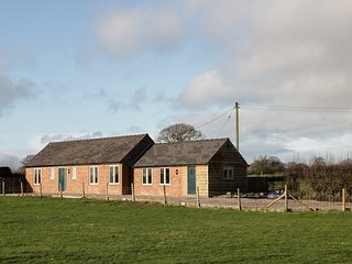 SWALLOW BARN, converted barn, WiFi, panoramic countryside views, Ref 970508