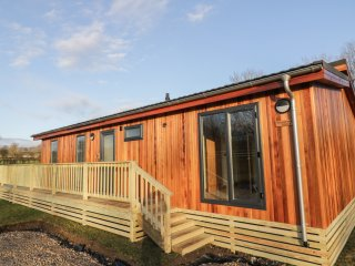 WOODPECKER, open plan, views of River Aire, en-suites, Ref 969614