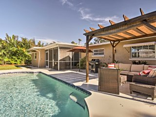 Venice House w/ Pool & Grill - Walk to the Beach!