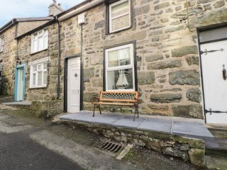 ERFYL, stone-built cottage, woodburner, walking distance to shops and pubs, in H