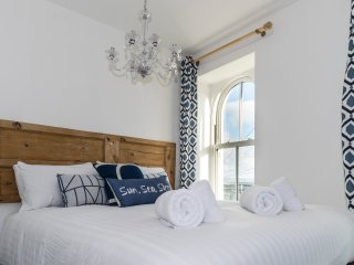 Reflections - Views across St Ives Bay - Sleeps 6 - Parking - Pet Friendly