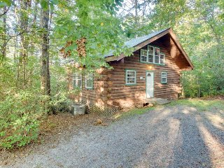 Romantic, secluded, & dog-friendly woodlands cabin with hot tub!