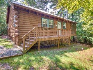 Dog-friendly and spacious Blue Ridge Mountain cabin w/ private hot tub, deck