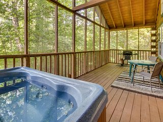 Dog-friendly and spacious Blue Ridge Mountain cabin w/ private hot tub, deck