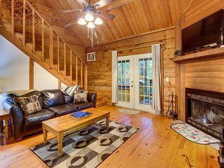 Romantic & dog-friendly log cabin in the woods with private hot tub