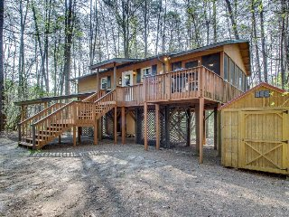 Charming cabin w/ great screened-in deck that includes hot tub and seating!