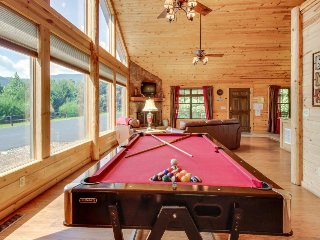 Private, dog-friendly getaway w/ private hot tub & gorgeous mountain views